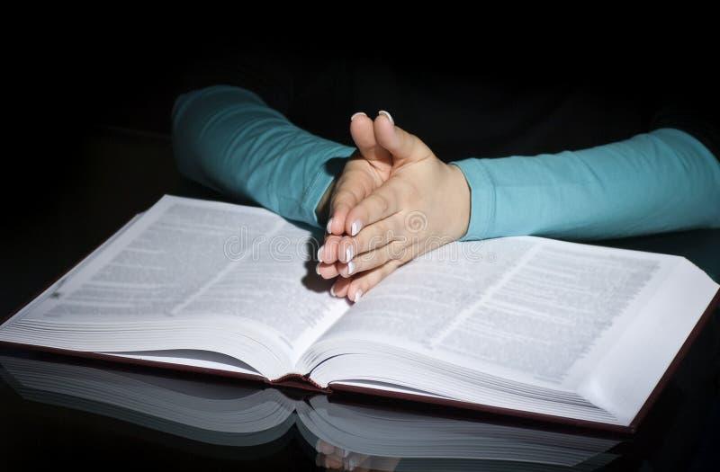 Mujer y biblia de rogación imágenes de archivo libres de regalías