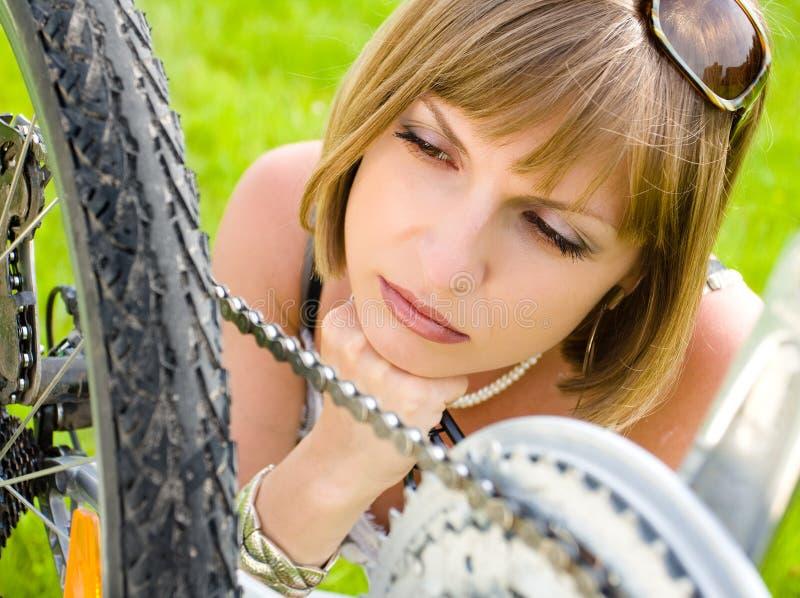 Mujer y bici fotografía de archivo libre de regalías