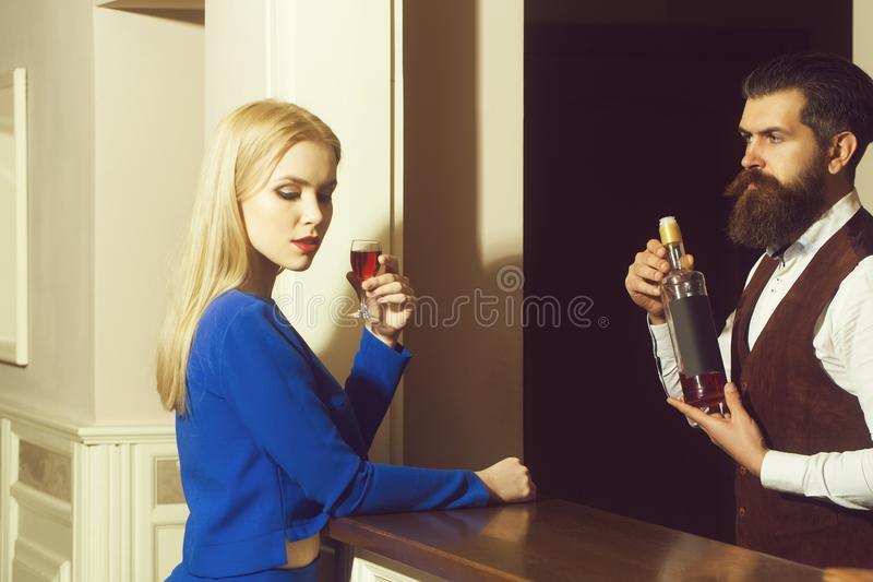 Mujer y camarero en la barra imagenes de archivo