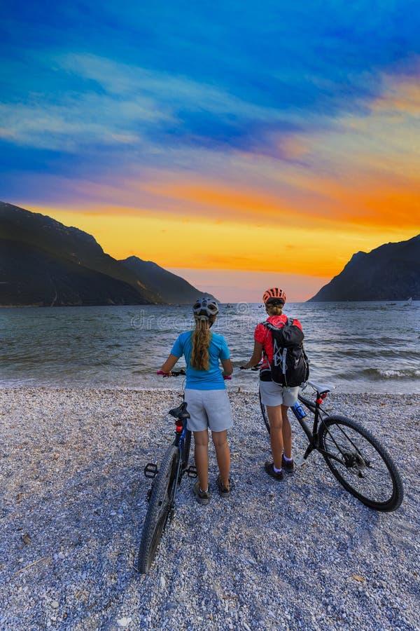 Mujer y chica joven biking de la montaña imagenes de archivo