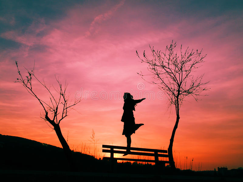 Mujer y cielo mágico imagen de archivo