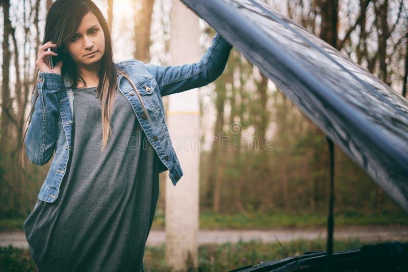 Mujer y coche foto de archivo