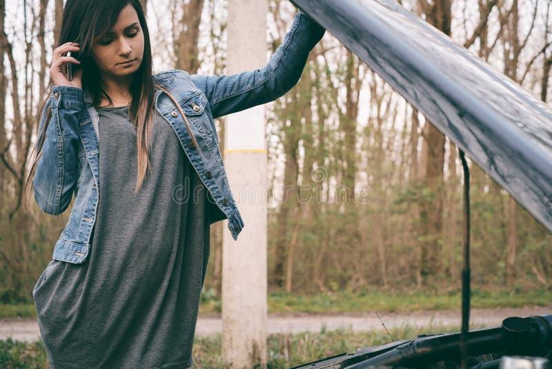 Mujer y coche imagen de archivo libre de regalías