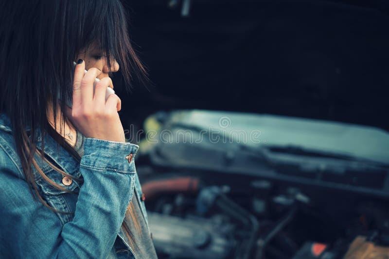 Mujer y coche fotos de archivo