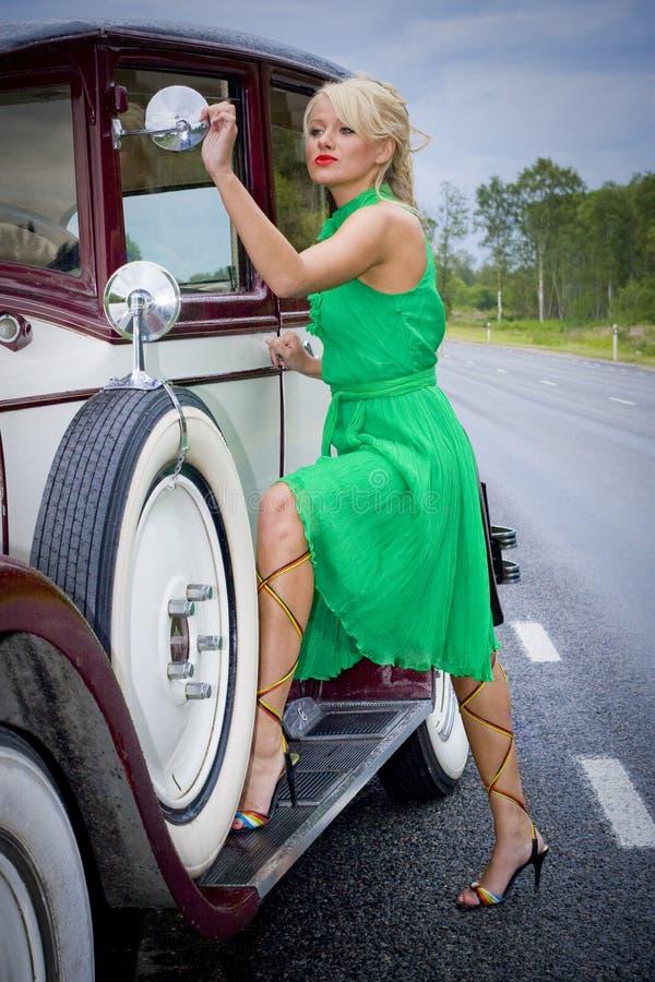 Mujer y coche de la vendimia imagen de archivo libre de regalías