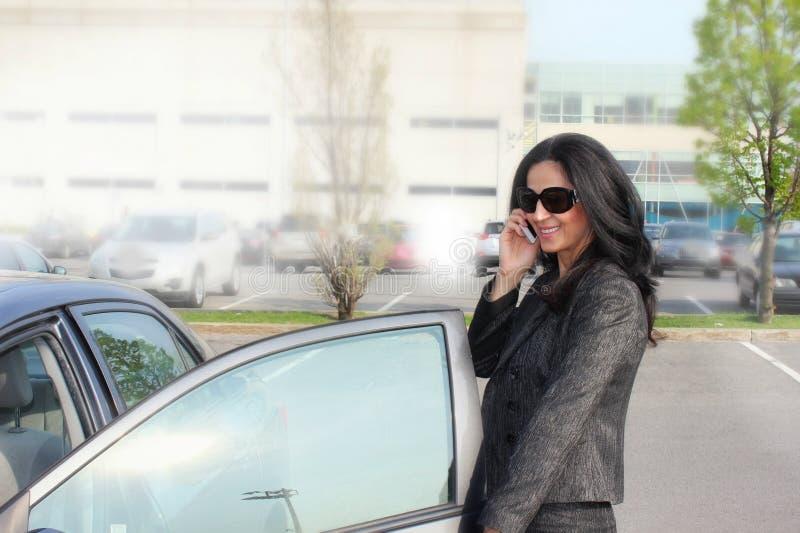 Mujer y coche de negocios fotos de archivo