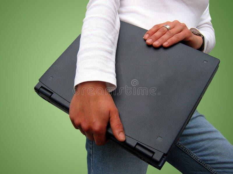 Mujer y computadora portátil imagenes de archivo