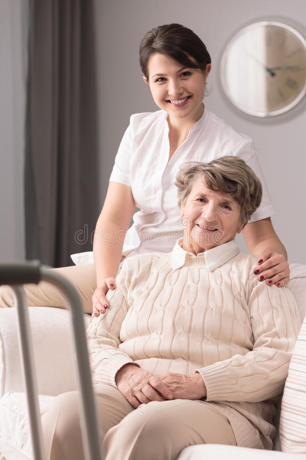 Mujer y cuidador mayores discapacitados fotos de archivo libres de regalías