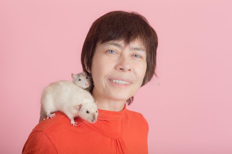 Mujer y dos ratas curiosas foto de archivo libre de regalías