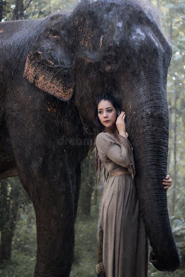 Mujer y elefante asiáticos imagen de archivo libre de regalías