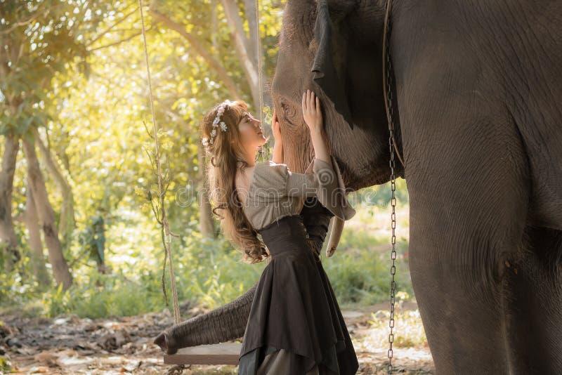 Mujer y elefante asiáticos hermosos imagen de archivo