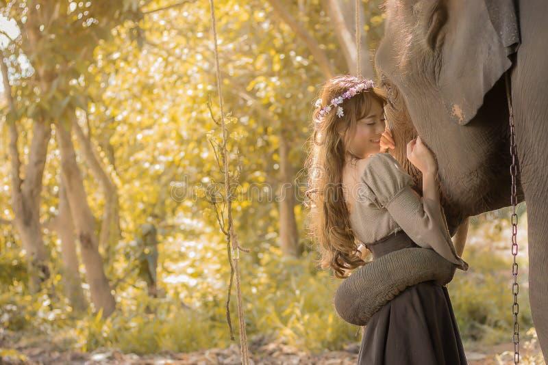 Mujer y elefante felices en naturaleza imagen de archivo