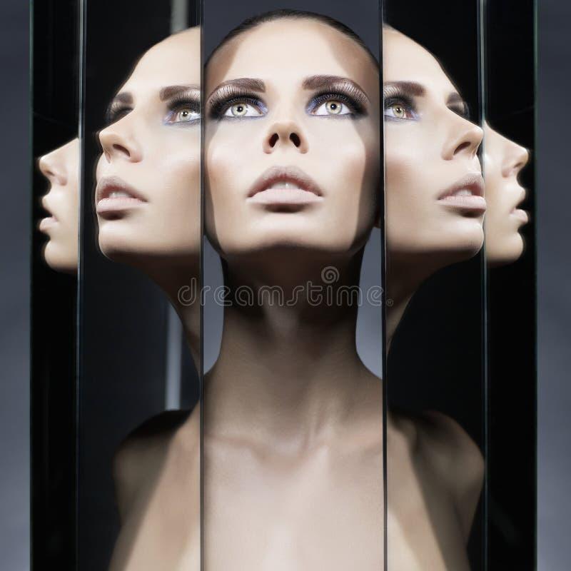 Mujer y espejos imagen de archivo libre de regalías