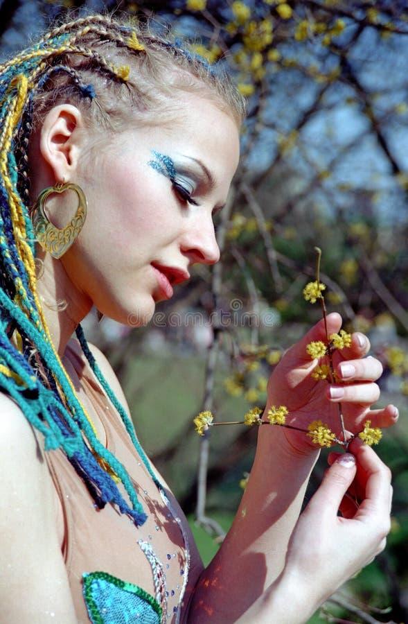 Mujer y flor hermosas foto de archivo libre de regalías