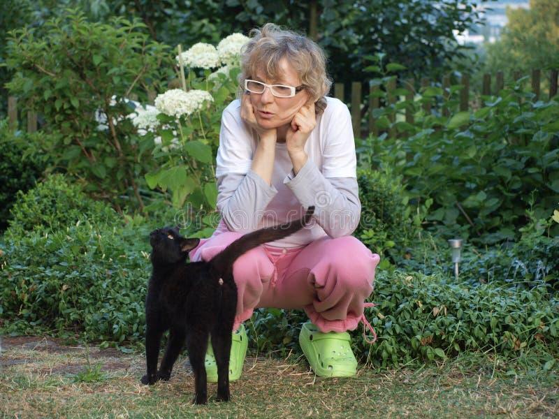Mujer y gato imagenes de archivo