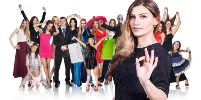 Mujer y grupo grande de gente feliz imagen de archivo libre de regalías