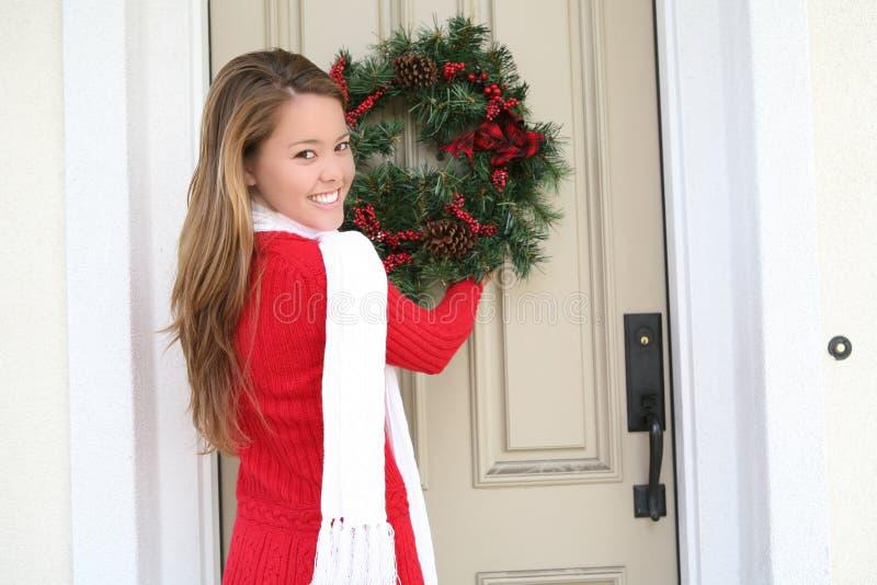 Mujer y guirnalda de la Navidad imágenes de archivo libres de regalías