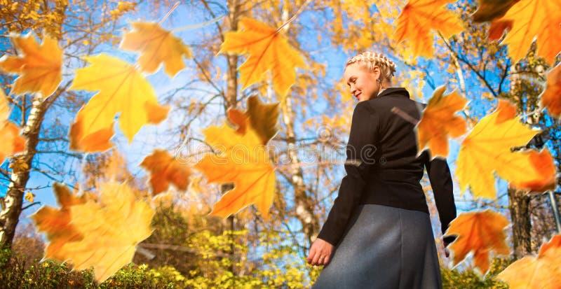 Mujer y hojas de otoño en el parque. fotos de archivo libres de regalías
