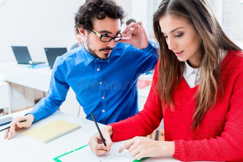 Mujer y hombre como estudiantes que trabajan junto foto de archivo libre de regalías