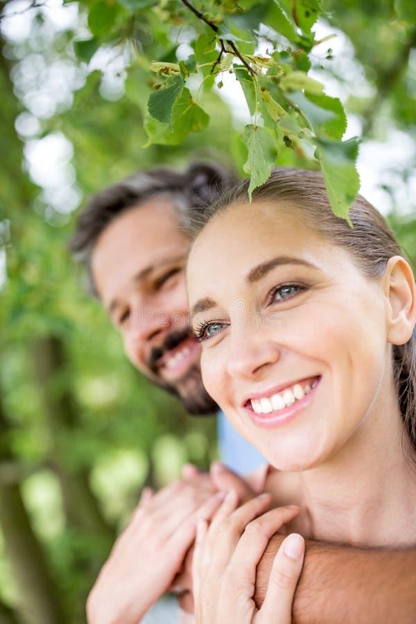 Download Mujer Y Hombre Como Par En Amor Imagen de archivo - Imagen de hombro, parque: 100529855