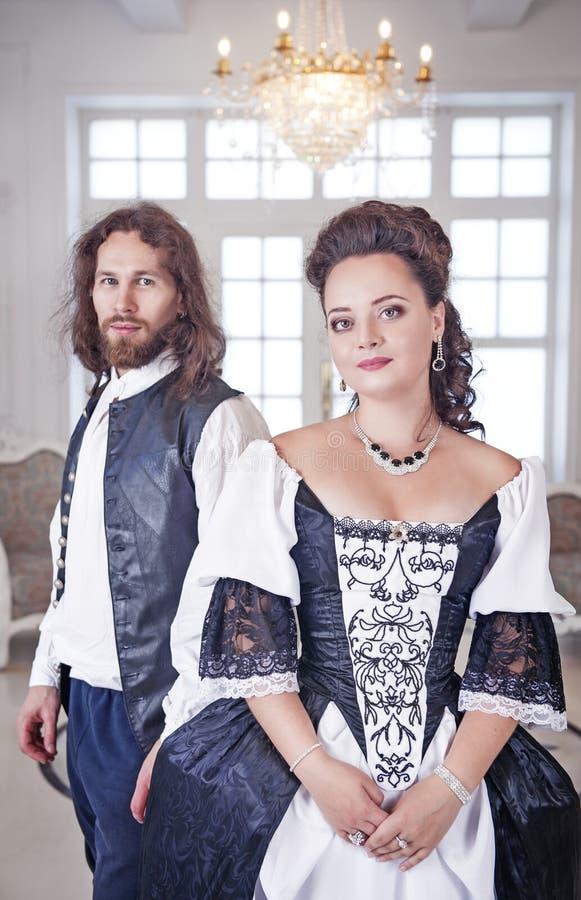 Mujer y hombre hermosos de los pares en ropa medieval imagen de archivo libre de regalías