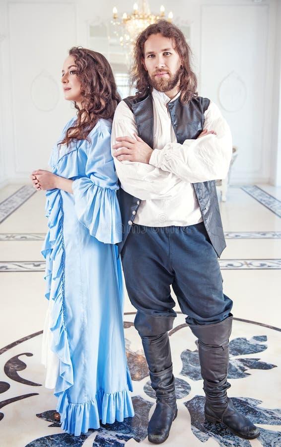 Mujer y hombre hermosos de los pares en ropa medieval imagen de archivo