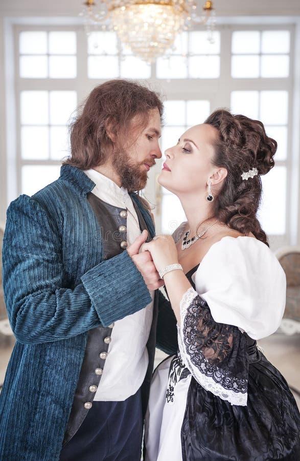 Mujer y hombre hermosos de los pares en ropa medieval foto de archivo