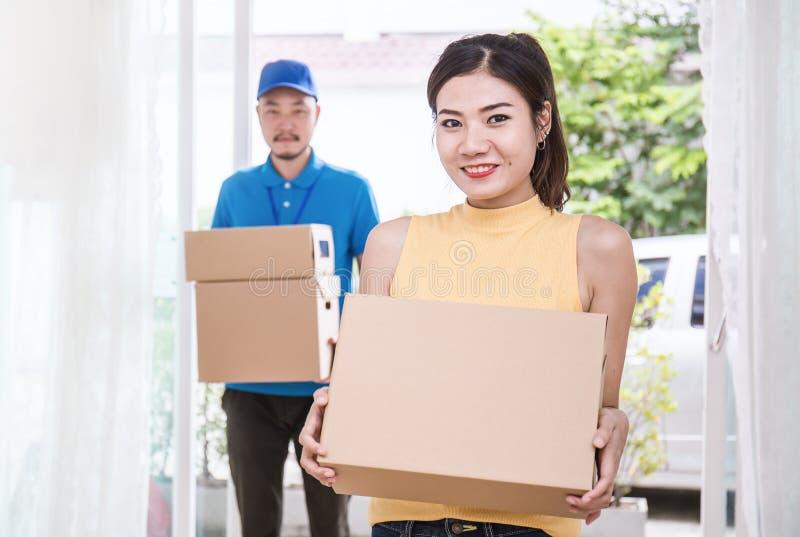 Mujer y hombre independientes que sus manos que sostienen la caja fotos de archivo libres de regalías
