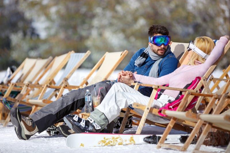 Mujer y hombre que descansan en ocioso del sol fotografía de archivo