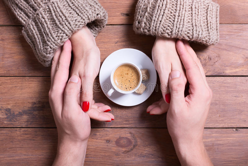 Mujer y hombre que sostienen la taza de café imagen de archivo libre de regalías