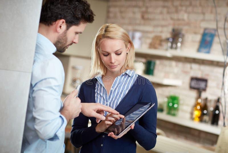 Mujer y hombre que usa la tableta junto imágenes de archivo libres de regalías