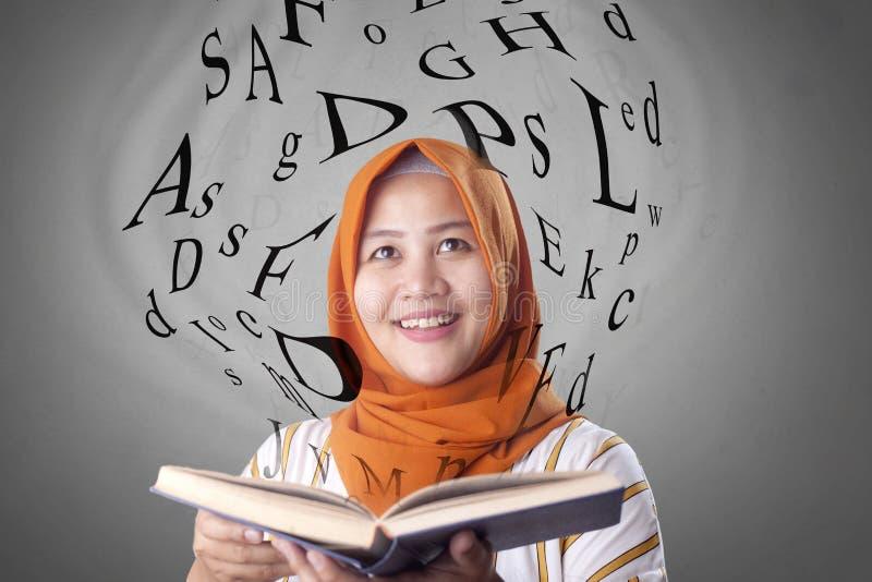 Mujer y libro musulmanes imagen de archivo libre de regalías