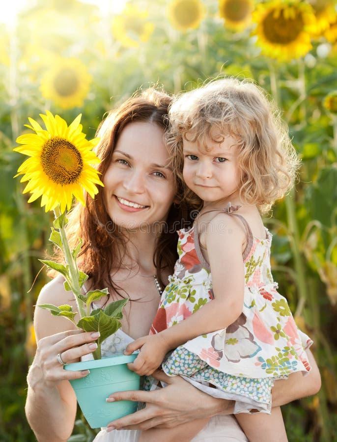 Mujer y muchacha con el girasol imagen de archivo libre de regalías