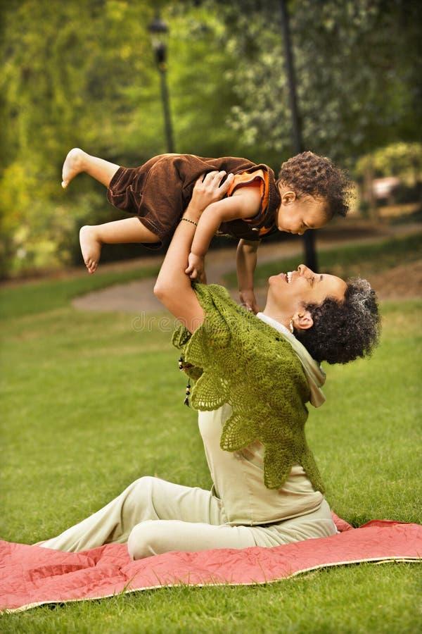 Mujer y muchacho en parque foto de archivo