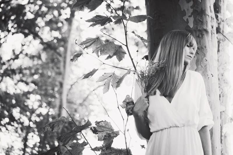 Mujer y naturaleza fotografía de archivo