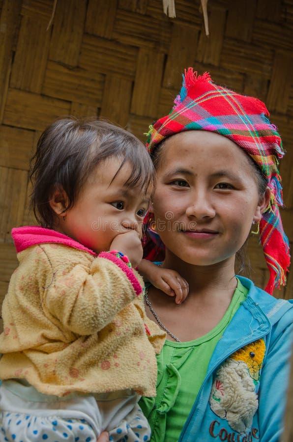 Mujer y niño de Hmong en Laos septentrional imagen de archivo