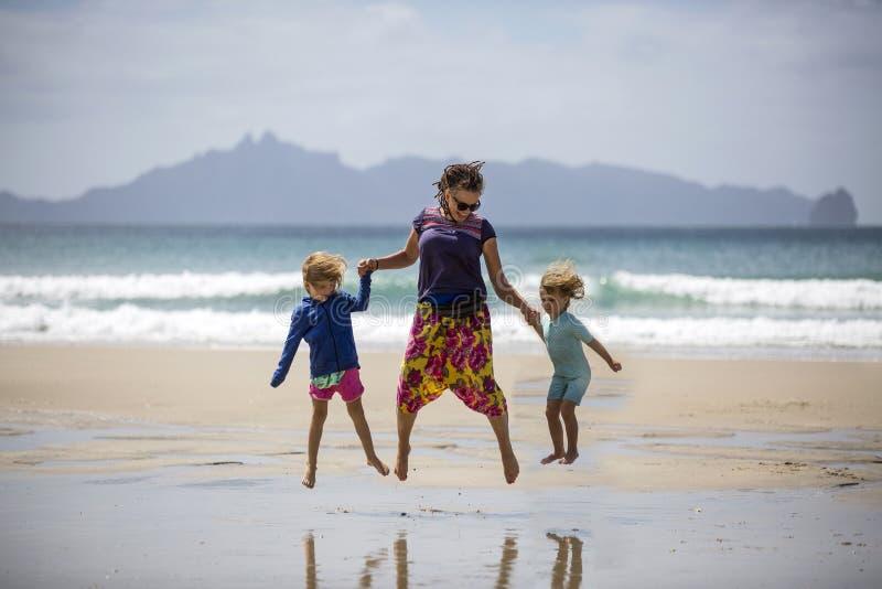 Mujer y ni os felices en la playa imagen de archivo for Bureau en gros near me