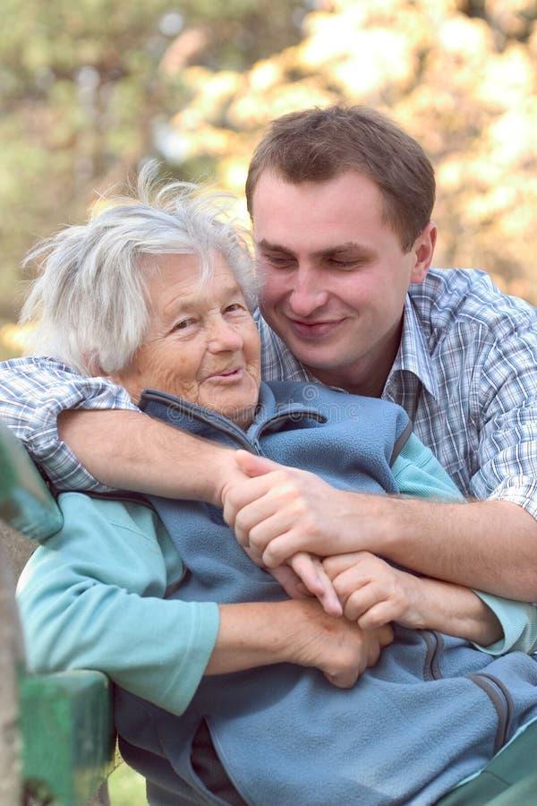 Mujer y nieto al aire libre fotografía de archivo libre de regalías