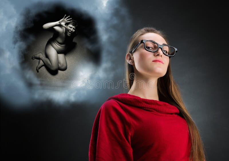 Mujer y nube pensativas con sus pensamientos imagen de archivo