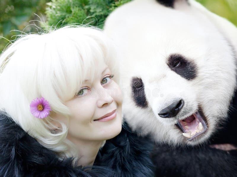 Mujer y panda fotografía de archivo libre de regalías