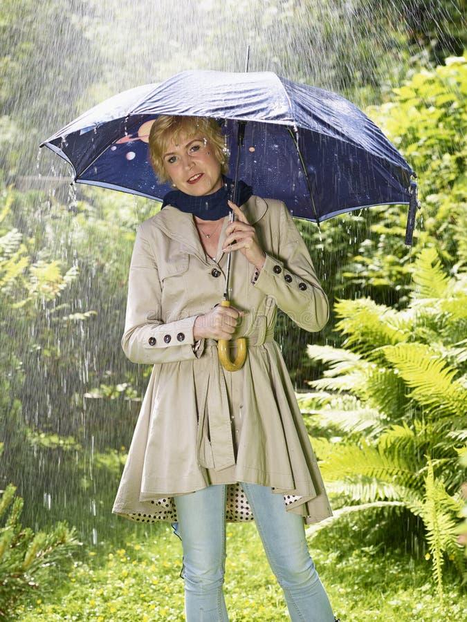Mujer y paraguas foto de archivo libre de regalías