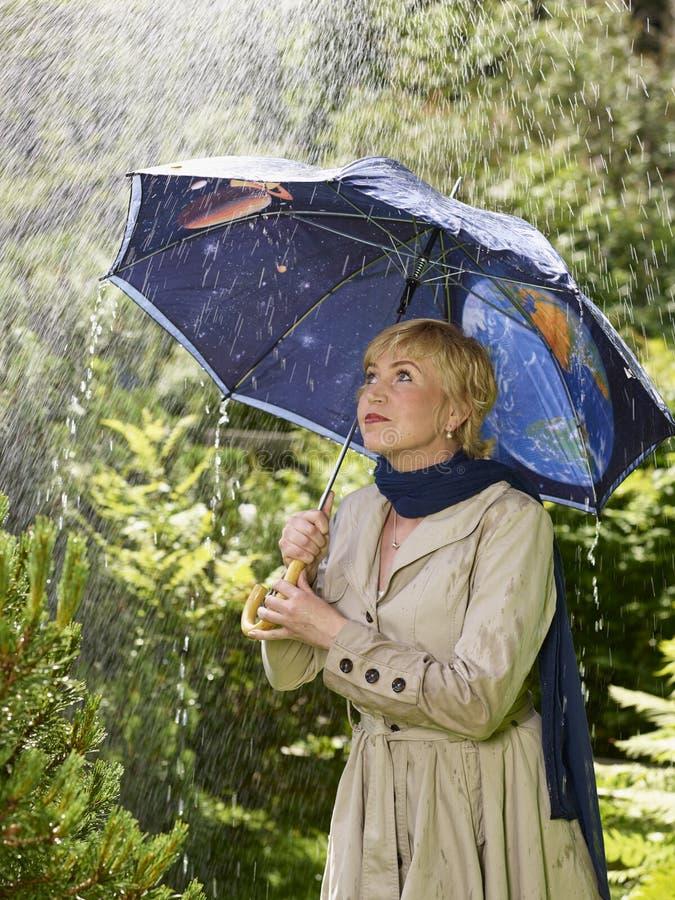 Mujer y paraguas imágenes de archivo libres de regalías