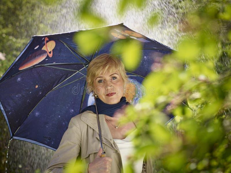 Mujer y paraguas fotografía de archivo libre de regalías