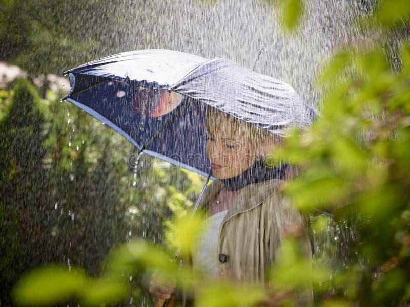 Mujer y paraguas foto de archivo