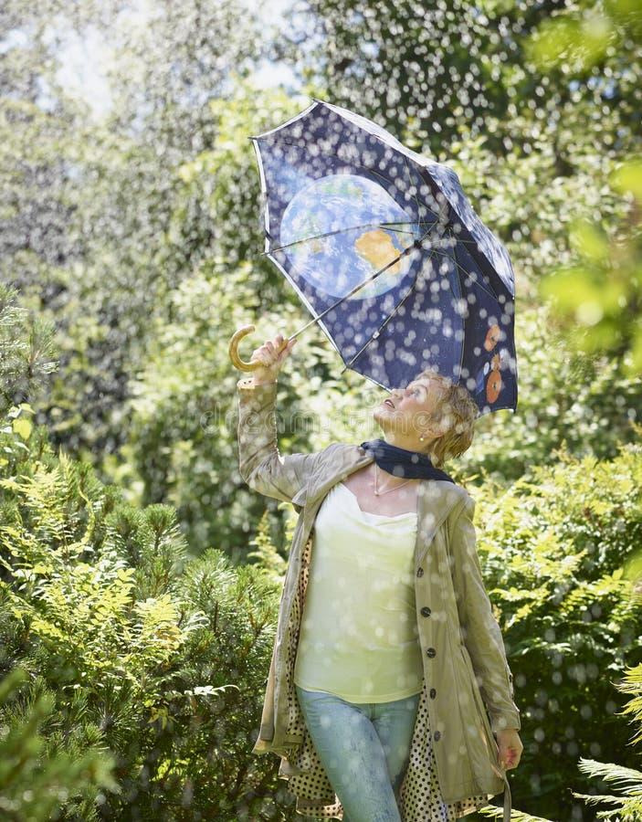 Mujer y paraguas fotografía de archivo