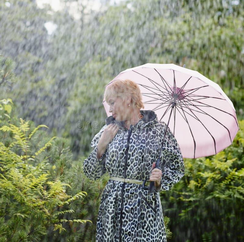 Mujer y paraguas fotos de archivo
