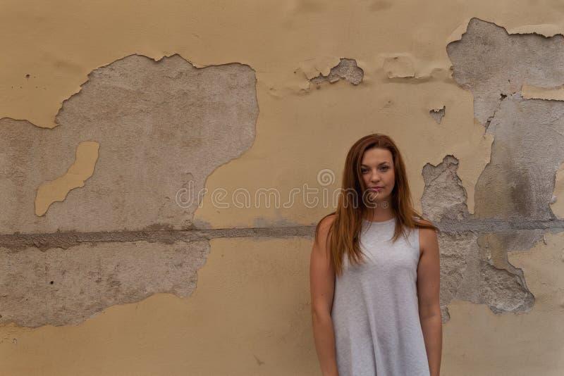 Mujer y pared vieja imagen de archivo libre de regalías
