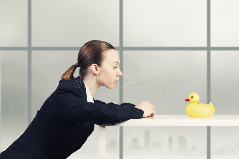 Mujer y pato foto de archivo