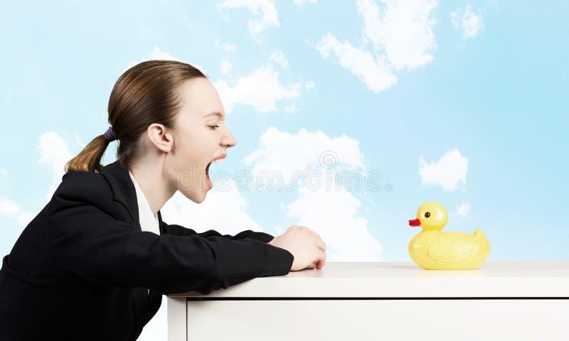 Mujer y pato imagen de archivo