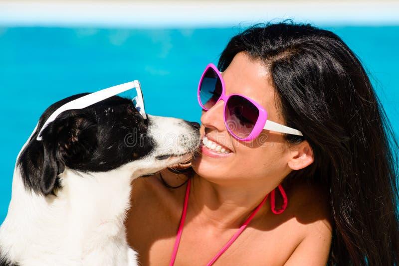 Mujer y perro lindo que se divierten el vacaciones de verano imagen de archivo